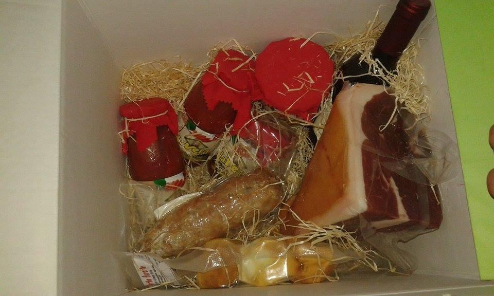 € 40,00- 1,5 kg prosciutto crudo parma doppia corona, 1 salame del contadino 500 gr, 1 provolette farcite, 2 filetti del contadino, 2 datterini del casale, 1 vino aglianico beneventano.